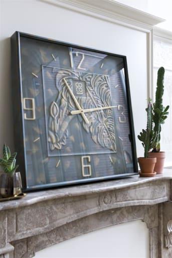 COCO maison présente NORMA, une grande horloge murale au style industriel classique. NORMA affiche une teinte vert de gris avec quelques touches dorées. Le cadran est orné élégamment; les chiffre sont en relief et bien protégés par une plaque de verre, tout comme les aiguilles.