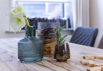 Deze drie vazen ABIGAIL van COCO maison vormen een aparte set. De vazen hebben de kleuren groen, grijs en amber, en zijn drie losse elementen die in elkaar passen. Het bovenste deel heeft een smalle flessenhals, de twee onderste delen zijn breed en doen denken aan waterglazen. Zo kun je ABIGAIL dus op meerdere manieren gebruiken!