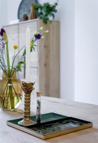 Mooie spullen mogen gezien én bewaard worden op mooie dienblad! Deze set van 2 dienbladen van COCO maison doen rijkelijk aan, en geven een extra mooie look aan alles wat erop staat of ligt. Deze PALM dienbladen kunnen zowel naast als in elkaar gebruikt worden. Het grootste dienblad heeft een afmeting van 30 x 30 cm en de kleinere (met palm print) is rechthoekig en vult de helft van het grootste dienblad. Uitgevoerd in groen met goud en donkerblauw.