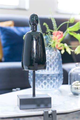 Dit decoratie object GLEN van COCO maison heeft een donkere, smaragdgroene kleur. GLEN staat mooi hoog op zijn zwarte sokkel en is modern vormgegeven. Het item past goed in strakke en moderne interieurs en geeft gezelligheid aan iedere ruimte. Decoreer GLEN op een vensterbank, de schouw of laat hem stralen op een sokkel of pilaar.