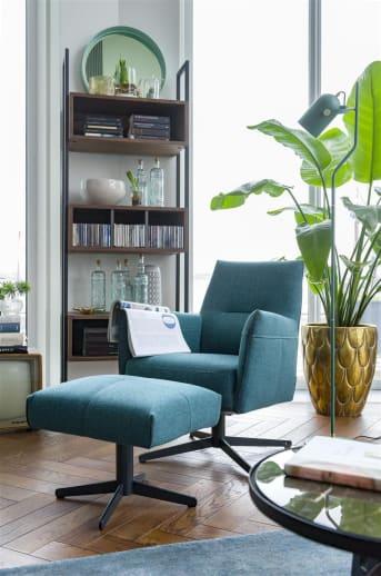 Le fauteuil «MATERA» est un superbe fauteuil moderne qui trouve sa place dans différents styles d'intérieur. «MATERA» possède un dossier mi-haut, de petits accoudoirs et un pied pivotant en métal robuste. Le fauteuil «MATERA» est disponible en différents coloris et tissus, avec un piétement en étoile argenté ou noir.
