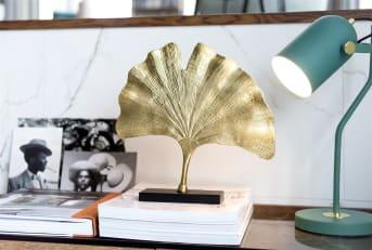 Ben je op zoek naar een mooi decoratie object voor in bijvoorbeeld een open kast of op een schouw? Dit object LEAF van COCO maison leent zich daar prachtig voor! LEAF bestaat uit marmeren en aluminium, is goud van kleur en staat op een zwarte sokkel. Qua decoratie kun je er alle kanten ermee op: zet het item voor het raam of op een wandplank. LEAF is 36 cm hoog en 36 cm breed.