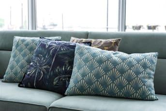 Kussen Lou is een mooi langwerpig sierkussen van 40 x 60 cm, uitgevoerd in gebroken wit en lichtblauw motief. Het motief doet wat klassiek aan, maar past ook erg goed in moderne interieurs. Het kussen is gemaakt van stevig katoen en is zowel aan de voorkant als aan de achterkant voorzien van dezelfde stof.