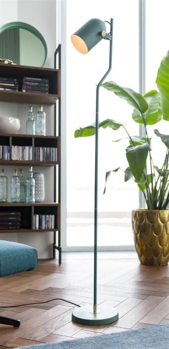 Vloerlamp RUBY van COCO maison is een mooie lamp met een subtiel en elegant design. De spot is draaibaar dus je kunt gericht ergens licht op schijnen. RUBY heeft een vergrijsde blauwgroene kleur en is afgewerkt met gouden details. De lamp heeft een aan/uit schakelaar.