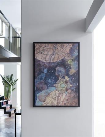 Kun jij ook zo wegdromen bij een mooie sterrenhemel of de gedachte aan een groot heelal? Dan droom je vast en zeker ook een beetje weg bij schilderij SPACE van COCO maison. SPACE is een abstract schilderij in een wat vervaagde kleurstelling die het schilderij een wat verouderde look geeft. SPACE heeft een afmeting van 104 x 74 cm en is voorzien van een zwarte omlijsting.