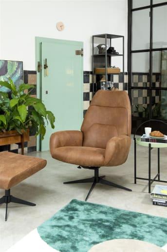 """Draaifauteuil """"CAPRI"""" is de ultieme relax stoel. """"CAPRI"""" is eigentijds vormgegeven en de hoge rugleuning zorgt voor veel comfort. De bekleding is naar eigen wens samen te stellen waarbij je kunt kiezen uit meerdere stoffen en leersoorten. Wil je echt op en top relaxen? Shop dan nog de bijpassende poef """"CAPRI"""" erbij. Beiden staan op een eigentijds, zwart metalen frame."""