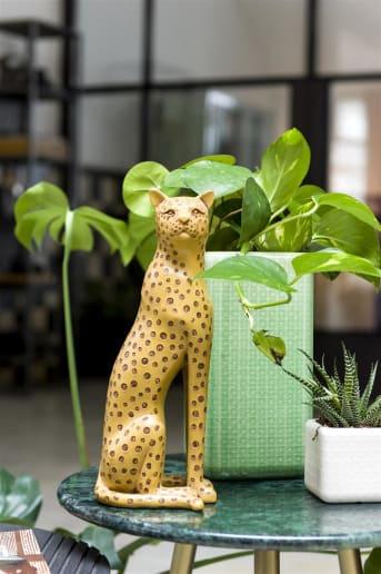 Met een knipoog naar de Hollywood Regency stijl heeft COCO maison nu dit beeld LEO in haar collectie. Beeld LEO is een sierlijk standbeeldje in goudgeel met een bruine stippenvacht dat wat rank op zijn poten staat. LEO is 31 cm hoog en gemaakt van polyresin.
