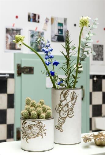 Blanc et rond, le récipient CRABBY de la marque COCO maison peut aussi s'utiliser comme pot de fleurs. Ce modèle à large bord de 13cm est étanche. Diamètre: 14cm. Il s'associe à merveille avec notre vase haut LOBSTER. Placez-les côte à côte dans votre intérieur pour créer un style plage.