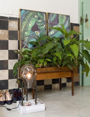 Tafellamp CHARLIE van COCO maison komt uit onze mooie CHARLIE serie waarvan COCO maison ook een hang- en vloerlamp in de collectie heeft. Deze tafellamp bestaat uit 1 grote glazen lamp die op een mooie, zwart metalen voet staat. Tafellamp CHARLIE heeft een hoogte van 49 cm. De lamp bevat een aan/uit schakelaar. De lichtbronnen zijn apart verkrijgbaar.