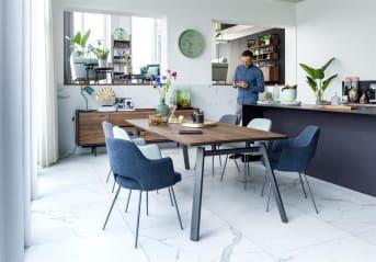 """""""BENTON"""" is puur Scandinavisch design. Een elegante stoel met ronde, fijne pootjes in metaal grafiet kleur en prachtig ruitstiksel op de rug. Deze donkerblauwe versie krijgt een stoere touch dankzij de Tatra antracietkleurige bies. Dit alles maakt """"BENTON"""" tot een aanwinst voor aan de eetkamertafel! Combineer de verschillende kleuren van """"BENTON"""" met elkaar voor een speels effect!"""