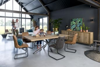 De eetkamertafel uit de Vitoria collectie van Henders & Hazel heeft net als alle andere meubels uit deze serie een fraai eigentijds design. Opvallend aan de tafel, met een blad van eikenfineer, is de tafelpoot van zwart metaal. De eetkamertafel is in 4 verschillende maten verkrijgbaar: 170 x 100 cm, 200 x 100 cm, 230 x 100 cm en 250 x 100 cm.