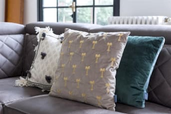 Kussen Miles van COCO maison is een modern en neutraal sierkussen uitgevoerd in gebroken wit met warmgrijze kleuraccenten. De zijkanten van het kussen zijn voorzien van een rafelrand en aan de voorzijde heeft het kussen een modern etnisch motief met geborduurde kwastjes. Kussen Miles is 45 x 45 cm en de achterzijde is geheel effen gebroken wit.