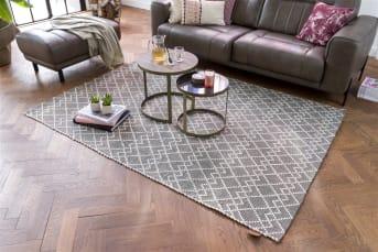 COCO maison présente DISCOVER, un tapis scandinave robuste dans des teintes neutres de blanc et de gris. Il affiche un motif à carreaux graphique qui lui donne une allure à la fois moderne et robuste. Dimensions: 160cm x 230cm. Ce tapis est réalisé en laine, en jute et en polyester.