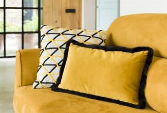 Kussen MAYA van COCO maison is een zacht, rechthoekig kussen uitgevoerd in velvet stof en afgewerkt met een fluffy zwarte rand, wat hem net dat beetje extra geeft. MAYA is verkrijgbaar in oranje en okergeel en komt goed tot zijn recht in elk interieur.