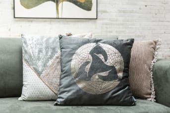 Kussen DURHAM van COCO maison is een langwerpig kussen in afmeting 40 x 60 cm. Het kussen vormt een goede basis in combinatie met andere leuke kussens. DURHAM is gemaakt van katoen en verkrijgbaar in twee kleuren: mint en roze.