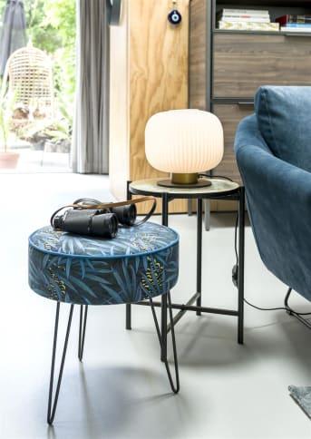 Een set van twee bijzettafels van COCO maison zoals deze mooie set PILLS is een perfecte oplossing ter vervanging van een grote salontafel of als extra tafelruimte. PILLS bestaat uit een hoog smal tafeltje en een breed lager tafeltje. De tafelbladen zijn handmatig gesponst met lichtblauwe en gouden verf. De poten en het frame zijn vervaardigd van zwart metaal. De tafeltjes zijn erg mooi in combinatie met wandhangers PILLS.
