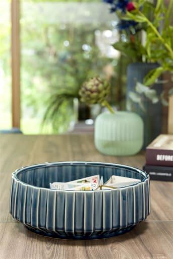 Schaal LUNA small van COCO maison is een donkerblauwe schaal, vervaardigd van keramiek. De rand van de schaal heeft een leuke ribbelstructuur. Schaal LUNA is ook verkrijgbaar in een grotere, blauwe variant. LUNA laat zich goed combineren met blauwe, groene en zilveren woonaccessoires zoals beeld SILVER RING, kussen TIGER JUNGLE en vaas LOUISE.