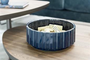 Schaal LUNA medium is een blauwe schaal, vervaardigd van keramiek. De rand van de schaal heeft een leuke ribbelstructuur. Schaal LUNA is ook verkrijgbaar in een kleinere, donkerblauwe variant. LUNA laat zich goed combineren met blauwe, groene en zilveren woonaccessoires zoals beeld SILVER RING, kussen TIGER JUNGLE en vaas LOUISE.