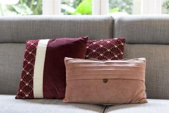 COCO maison présente ANOUK, un coussin décoratif réalisé dans un joli tissu rouge foncé soyeux. L'avant présente un élégant motif de coquillages ainsi qu'une large bande blanche. L'arrière est rouge foncé uni. Ce coussin carré de 45cm x 45cm s'accorde à merveille avec le coussin rectangulaire EMILY.