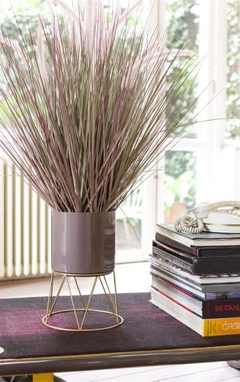 Bloempotten NEWARK van COCO maison bestaat uit een set van twee bloempotten op een gouden standaard. De NEWARK bloempotten zijn uitgevoerd in een rood/paarse en beige kleur. De rood/paarse bloempot heeft een diameter van 24 cm en de kleinere, beige een diameter van 22,5 cm.
