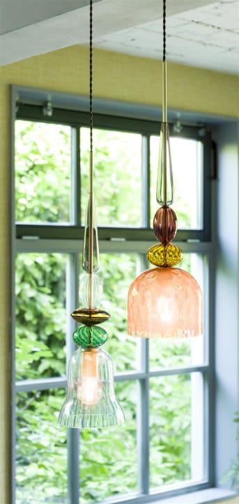 Ben je op zoek naar een echte unieke hanglamp, die helemaal past binnen een bohemian woonstijl? Dan is deze hanglamp DIEGO van COCO maison misschien wel wat! Gemaakt van verschillende tinten glas met een normale E27 fitting. De lamp wordt geleverd exclusief lichtbron, deze is apart verkrijgbaar. De hanglamp DIEGO is dimbaar met een externe dimmer. De bovenkant van het armatuur is geborsteld goud van kleur. De hoogte van de lamp is niet verstelbaar. Zoek je iets vergelijkbaars? Bekijk dan eens hanglamp JOEL!