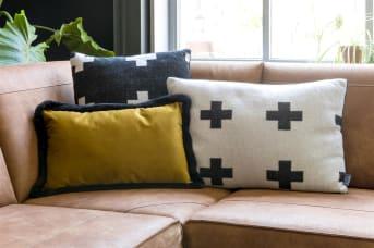 Kussen CROSS van COCO maison is een zacht vierkant kussen in een zwart/wit met kruismotief. Aan de voorkant heeft het kussen een zwart met witte kruisen motief, aan de achterkant zwarte, zachte teddy stof. Combineer kussen CROSS met het rechthoekige model kussen en/of plaid CROSS.