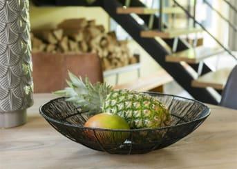 Schaal KENZO van COCO maison is een zwarte, metalen schaal in opengewerkt design. KENZO is mooi te combineren met bijpassend windlicht KENZO. De schaal heeft een diameter van 40 cm. De KENZO items passen mooi in een stoer en industrieel interieur.