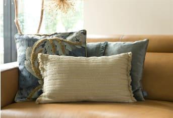 Vierkant kussen WAYNE van COCO maison heeft een grijs/blauwe bloemenprint en een lichtblauwe effen achterzijde. WAYNE is afgewerkt met een mosterdgele bies en zacht versiersel aan de voorkant. Kussen WAYNE laat zich goed combineren met kussen BORO, bij voorkeur op een gele stoel of bank.