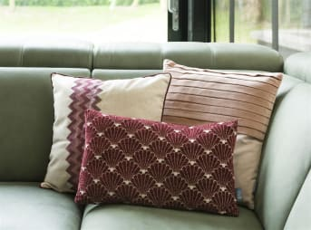 COCO maison présente LAETITIA, un coussin beige de 45cm x 45cm doté à l'avant d'un motif violet et rose en zigzag. Le pourtour du coussin est orné d'un liseré violet, totalement en phase avec la tendance de la saison prochaine.