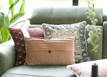 COCO maison présente VISTA, un coussin en velours rectangulaire de 30 x 50 cm. L'arrière de ce coussin est rose uni. VISTA est également disponible dans sa variante carrée de 45 x 45 cm. Des coutures décoratives et un bouton apportent une jolie touche finale au coussin.