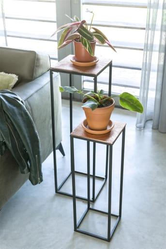 Plantentafel MESA van COCO maison is een set van twee elegante hoge sokkels in zwart met koper die zich perfect leent om een (hang)plant of mooi accessoire op te zetten. Combineer plantentafel MESA met de lagere bijzettafel MESA om een mooie set te creëren.