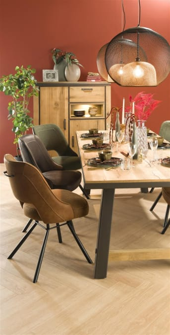 De moderne eetkamerstoel Chris van Henders & Hazel heeft een stoer design. De stoel is bekleed met een combinatie van microvezelstof Secilia aan de achterzijde en Vito, een grof geweven stof aan de voorzijde. Beide zijn in de kleur antraciet. Deze combinatie van materialen in combinatie met de zwart metalen poten geeft de stoel een stoere uitstraling. Praktisch is de ronde handgreep op de rugleuning.