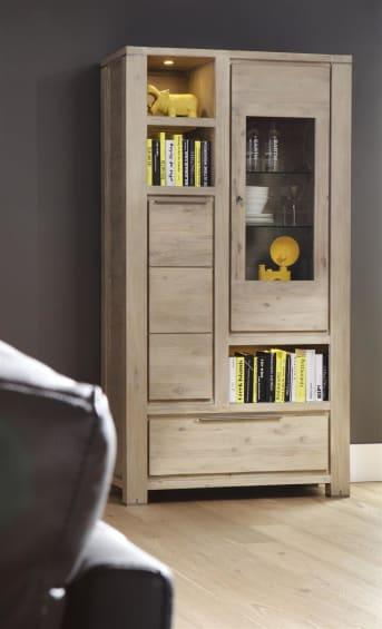 """Deze houten <a href=""""/hh/kasten/vitrinekasten/"""">vitrinekast</a> met LED verlichting is een plaatje om te zien. Het prachtige Acaciahout met de fraaie tekening maakt van deze kast uit de Buckley meubelcollectie van Henders & Hazel een bijzondere blikvanger in het interieur. De niches en glazen kastdeur nodigen uit om mooie spulletjes in uit te stallen, terwijl de dichte deur en de lades handig zijn om dingen uit het zicht op te bergen."""