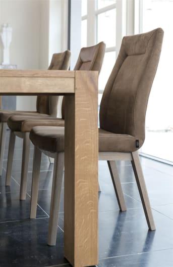 Dieser robuste und moderne Esszimmerstuhl von Malvino ist mit Leder bezogen. Der Stuhl hat dank des schwarzen Metallgestells ein zeitgemäßes Design. Für die Polsterung können Sie aus verschiedenen Lederarten und -farben wählen. So gibt es immer einen Malvino, der nicht nur bequem ist, sondern an Ihrem Esstisch auch wundervoll aussieht.