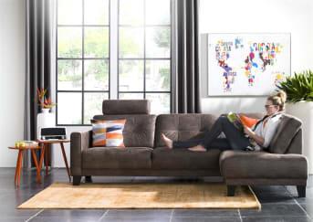 """De eigentijdse 3-zitsbank Albury van Happy@Home krijgt een trendy design uitstraling door de gecapitoneerde zitting en rugleuning. Het <a href=""""/hm/banken/"""">bankstel</a>is zowel in stof als leder leverbaar, waarbij er uit diverse soorten en kleuren gekozen kan worden. Wil je nog meer zitcomfort, kies dan voor een of meerdere hoofdsteunen, deze moeten apart besteld worden."""