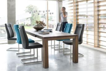 Eetkamerstoel Malene van Henders & Hazel is een populaire stoel vanwege het tijdloze design. Er zijn verschillende varianten van deze stoel verkrijgbaar. Deze is voorzien van een recht swingframe in de kleur zwart, de rugleuning heeft een rechte handgreep en voor de bekleding is gekozen voor de stof Secillia in de kleur antraciet. Een fijne stoel, die heerlijk zit en jarenlang meegaat.