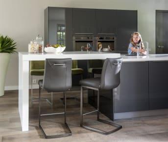 """Deze moderne <a href=""""/hh/stoelen/eetkamerstoelen/"""">eetkamerstoel</a> Malvino van Henders & Hazel heeft een eigentijds vierkant swingframe uitgevoerd in vintage metaal. Handig is de handgreep op de rugleuning, deze is in drie verschillende uitvoeringen verkrijgbaar. Barstoel Malvino kan met verschillende ledersoorten worden bekleed. Liever een ander frame? Je hebt keuze uit vier verschillende modellen."""