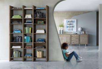 """Het eigentijdse design van deze houten <a href=""""/hh/kasten/boekenkasten/"""">boekenkast</a> van Masters & More valt direct op. Het opvallende ontwerp, gecombineerd met het fraaie wildeiken maakt deze boekenkast een aanwinst voor veel interieurs. Door het open karakter van de kast, kan deze ook goed dienst doen als roomdivider. De boekenkast is leverbaar in vijf verschillende houtkleuren. Kies zelf uit deze collectie van Henders & Hazel welke boekenkast het beste binnen je interieur past."""