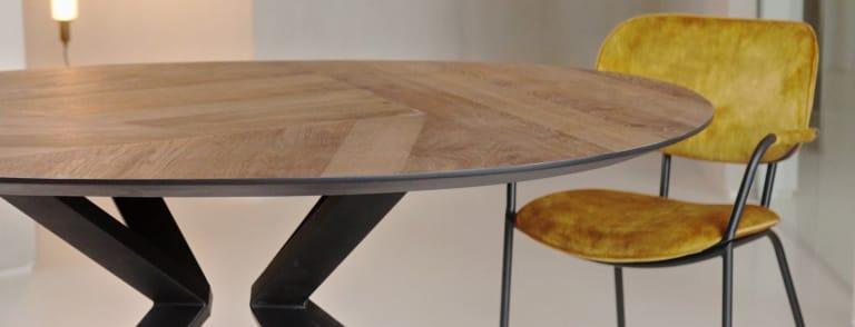 Industrieller Tisch in elegantem Look